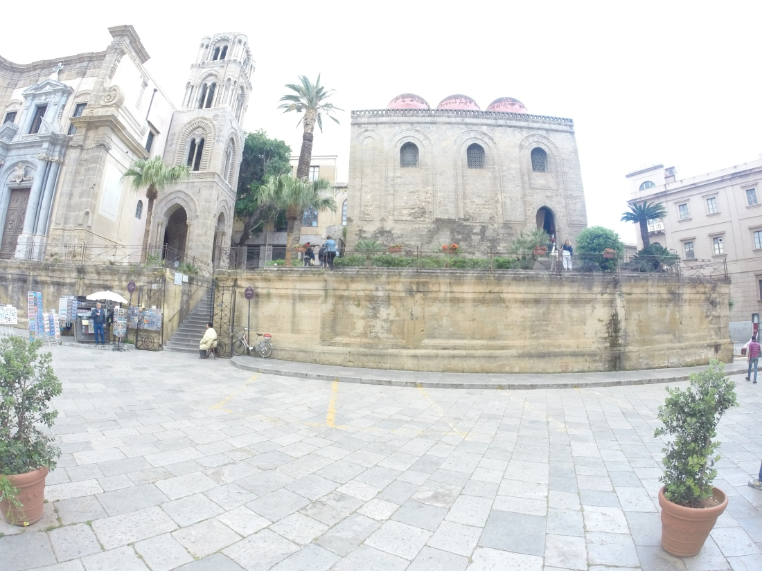 A sinistra la Chiesa Santa Maria dell'Ammiraglio -1143- (chiamata della Martorana) e a destra San Cataldo -1154-